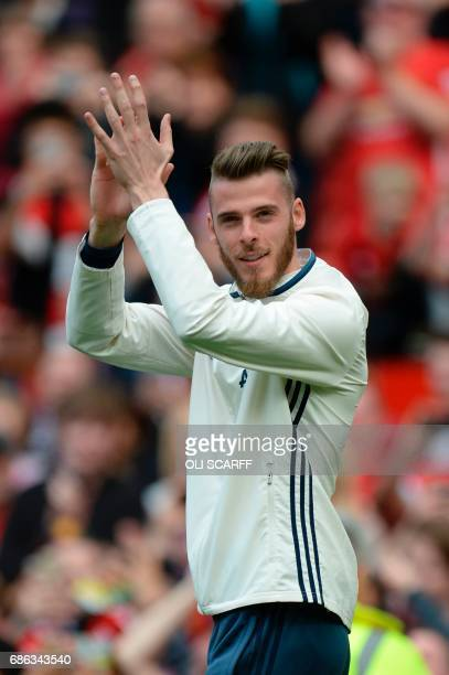 de Manchester United's Spanish goalkeeper David de Gea walks on the pitch to applaud the fans at the end of the English Premier League football match...