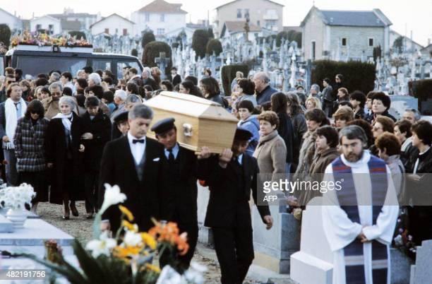 De nombreuses personnes assistent le 20 janvier 1986 à Biarritz aux funérailles du chanteur Daniel Balavoine qui s'est tué le 14 janvier 1986 dans un...