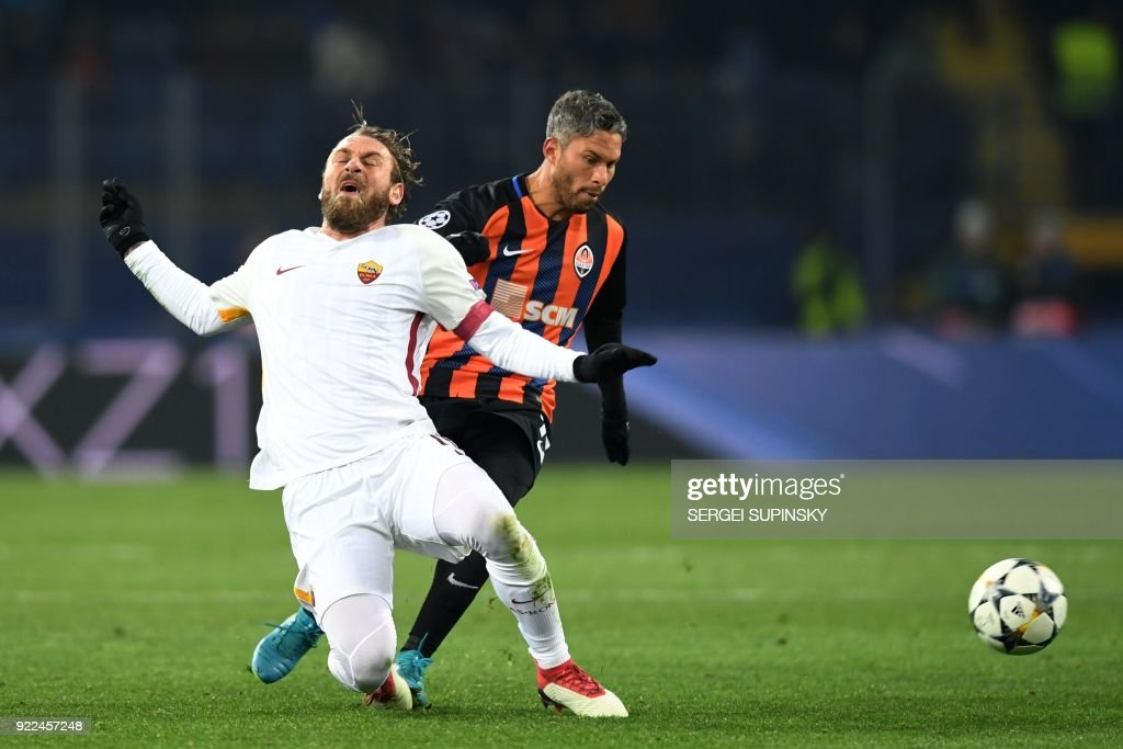 de Roma's Italian midfielder Daniele De Rossi (L) vies for the ball with Shakhtar Donetsk's midfielder Marlos during the UEFA Champions League round of 16 first leg football match between Shaktar Donetsk and AS Rome at the OSK Metalist Stadion in Kharkiv on February 21, 2018. Shakhtar Donetsk won the match 2-1. /