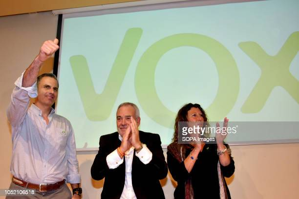 De to El secretario general de Vox Javier Garcia el candidato a la alcaldia Santos Mateo y la Presidenta de Vox en Barcelona Lola Matin saludan seen...