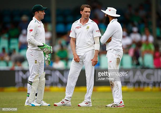 AB de Villiers Dale Steyn and Hashim Amla of South Africa talk during day one of the 1st Test between South Africa and England at Sahara Stadium...