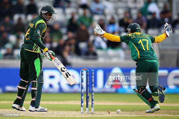 AB de Villiers of South Africa celebrates as Shoaib Malik of Pakistan is bowled by JP Duminey of South Africa during the ICC Champions Trophy Group B...