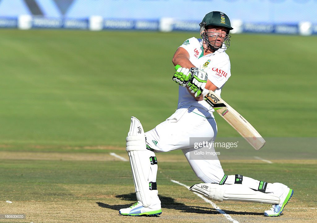 AB de Villiers of South Africa pulls a delivery during day 2 of the first Test match between South Africa and Pakistan at Bidvest Wanderers Stadium on February 02, 2013 in Johannesburg, South Africa.