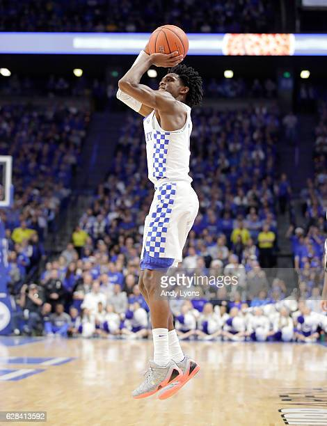 De'Aaron Fox of the Kentucky Wildcats shoots the ball during the game against the Valparaiso Crusaders at Rupp Arena on December 7 2016 in Lexington...