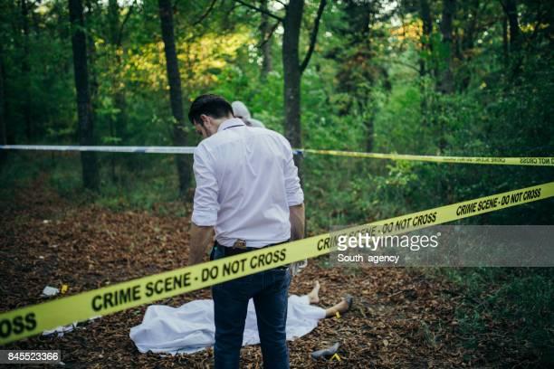 cadáver no bosque - dead body - fotografias e filmes do acervo