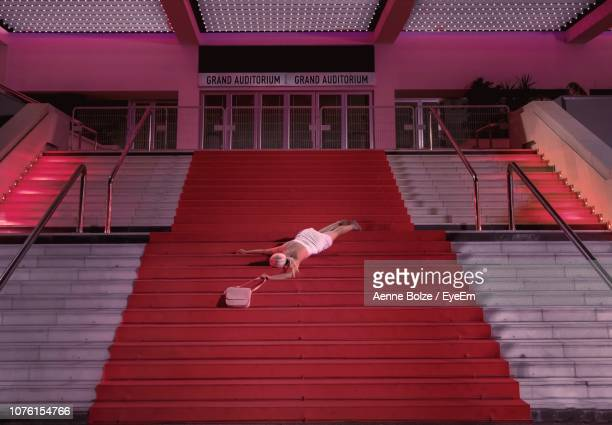 dead woman on staircase of auditorium at night - cannes - fotografias e filmes do acervo
