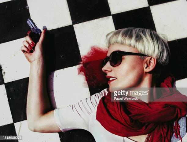 dead woman with gun - 若い女性一人 ストックフォトと画像