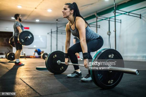 dead-lift exercises for women - women's weightlifting stock pictures, royalty-free photos & images