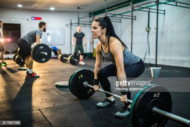 dead-lift exercises on cross training - women's weightlifting stock pictures, royalty-free photos & images
