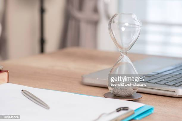 deadline and time is money concept with hourglass - prazo - fotografias e filmes do acervo