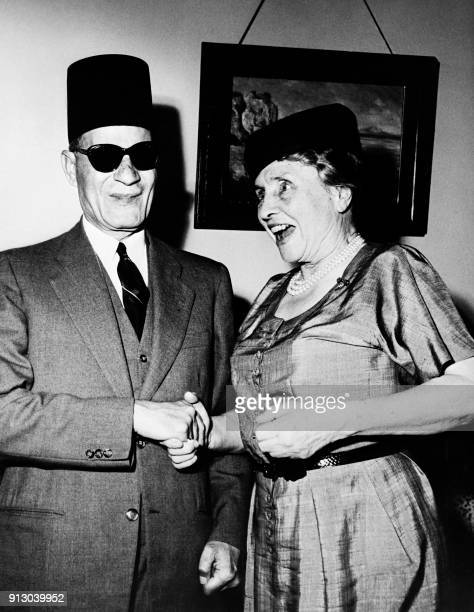 US deafblind political activist Helen Keller meets Egyptian blind writer Taha Hussein on April 25 1952 in Cairo / AFP PHOTO / INTERCONTINENTALE /