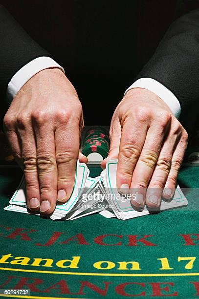 comerciante barajar tarjetas - barajar fotografías e imágenes de stock