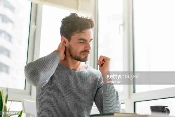 omgaan met pijn - menselijk hoofd stockfoto's en -beelden