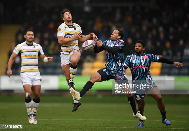 Dean Hammond of Worcester Warriors and Kylan Hamdaoui of Stade Francais Paris compete for the ball in the air during the European Challenge Cup match...