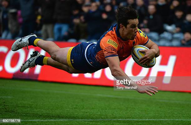 Dean Hammond of Worcester Warriors dives in to score their first try during the Aviva Premiership match between Worcester Warriors and Harlequins at...
