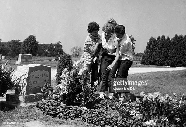 Dean James Actor USA* fans at the grave 1955