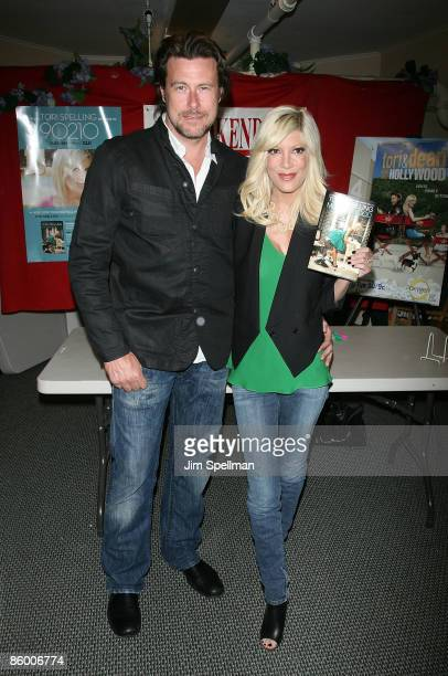 """Dean McDermott and Tori Spelling promote """"Mommywood"""" at Bookends on April 16, 2009 in Ridgewood, New Jersey."""