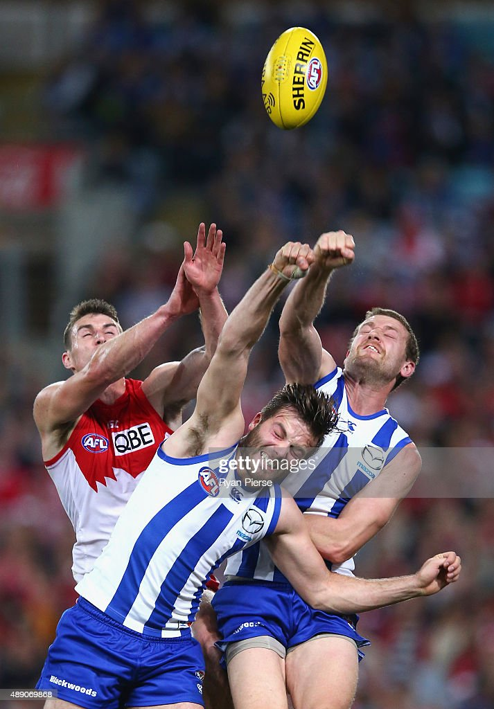 Dean Towers of the Swans competes for the ball against Luke McDonald and Lachlan Hansen of the Kangaroos during the First AFL Semi Final match between the Sydney Swans and the North Melbourne Kangaroos at ANZ Stadium on September 19, 2015 in Sydney, Australia.