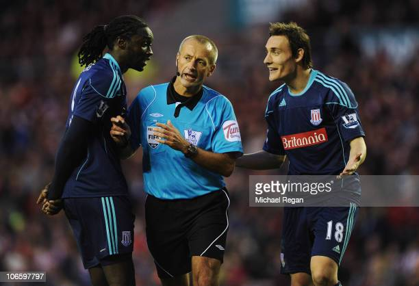 Dean Whitehead and Kenwyne Jones of Stoke argue with referee Martin Atkinson after Lee Cattermole of Sunderland appeared to handball on the line to...