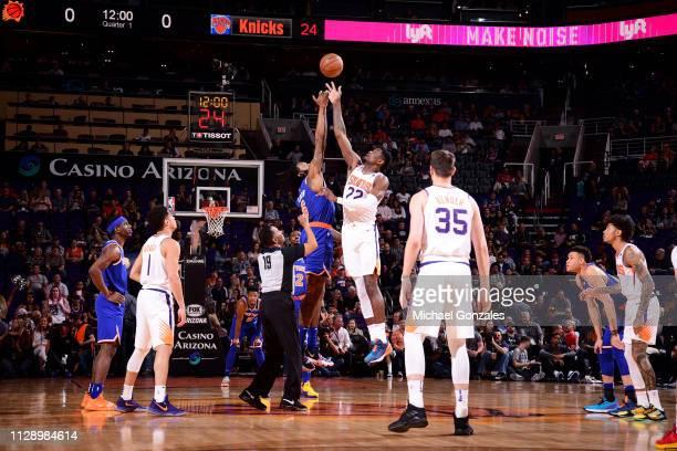 69caa4c58e DeAndre Jordan of the New York Knicks and Deandre Ayton of the Phoenix Suns  tip off