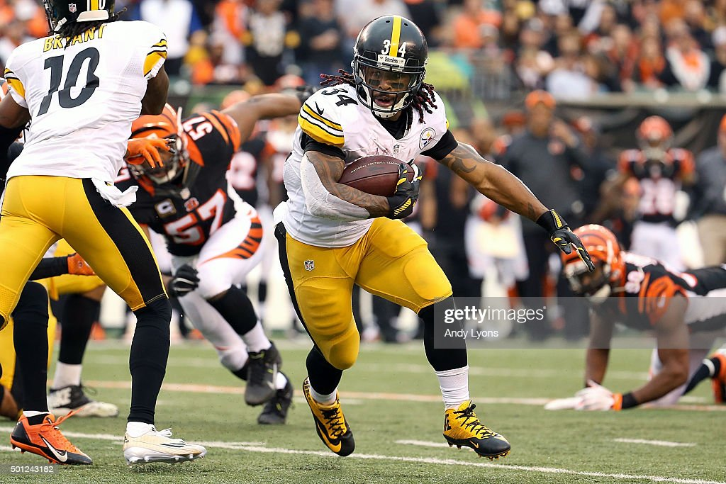 DeAngelo Williams #34 of the Pittsburgh Steelers runs with the ball during the fourth quarter of the game agains the Cincinnati Bengals at Paul Brown Stadium on December 13, 2015 in Cincinnati, Ohio. Pittsburgh defeated Cincinnati 33-20.