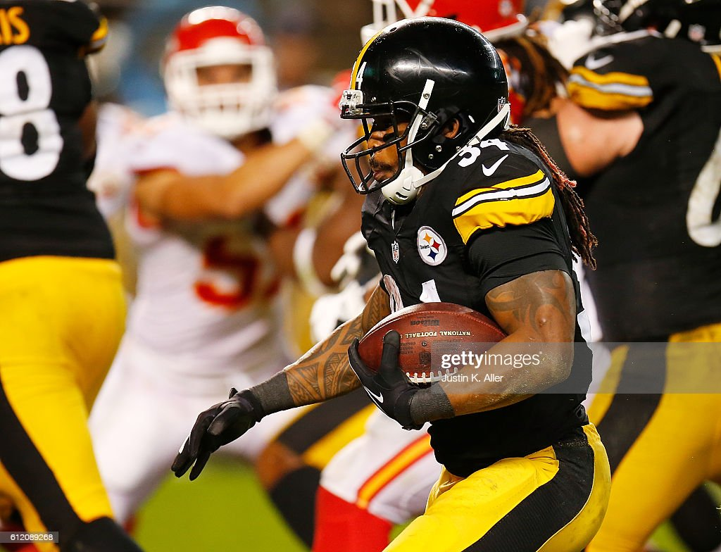 DeAngelo Williams #34 of the Pittsburgh Steelers rushes for a two-yard touchdown in the fourth quarter during the game against the Kansas City Chiefs at Heinz Field on October 2, 2016 in Pittsburgh, Pennsylvania.