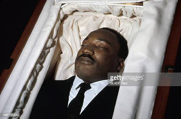 Death And Funeral Of Martin Luther King Le cercueil où repose Martin Luther KING assassiné le 4 avril 1968 à Memphis Son corps exposé à Atlanta