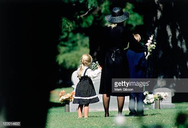 death in the family - begrafenis stockfoto's en -beelden