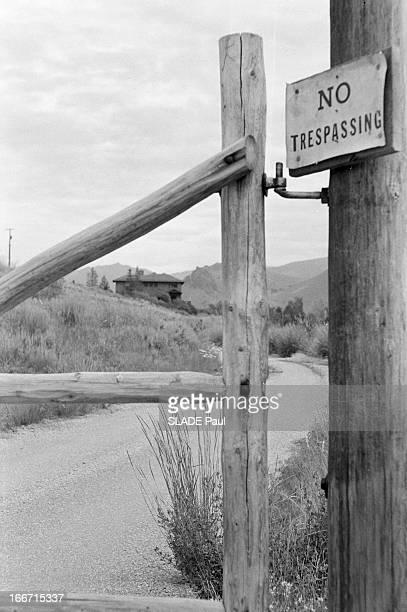 Death Of Author Ernest Hemingway En juillet 1961 aux Etats Unis la barrierre marquant l'entrée du chalet chalet de l'écrivain Ernest HEMINGWAY à...