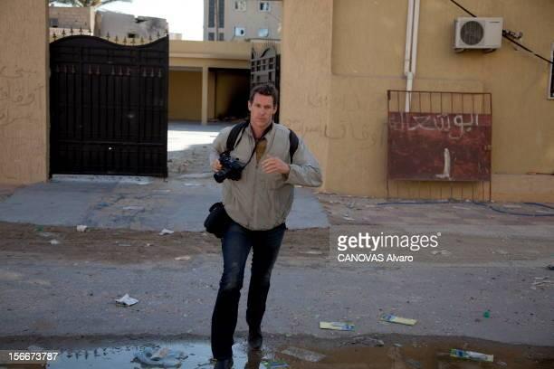 Death Of Two Photographers Of Press In Libya Deux photographes de presse trouvent la mort dans Misrata assiégée ici plan de face du Britannique Tim...