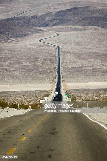 death valley desert road - francesco riccardo iacomino united states foto e immagini stock