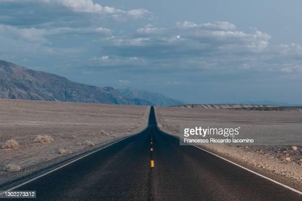 death valley, highway at dusk, no people or cars. california, usa - francesco riccardo iacomino united states foto e immagini stock