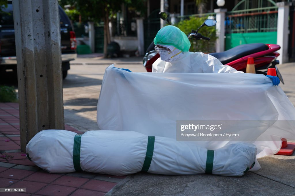 Deaths From Covid-19 Are Increasing Rapidly. Doctors And Nurses Have Come Autopsy Infected Person. : Foto de stock