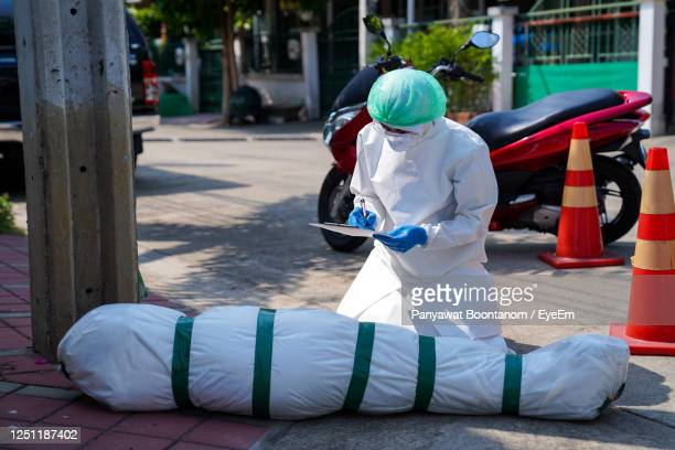 deaths from covid-19 are increasing rapidly. doctors and nurses have come to check the autopsy - autopsy fotografías e imágenes de stock
