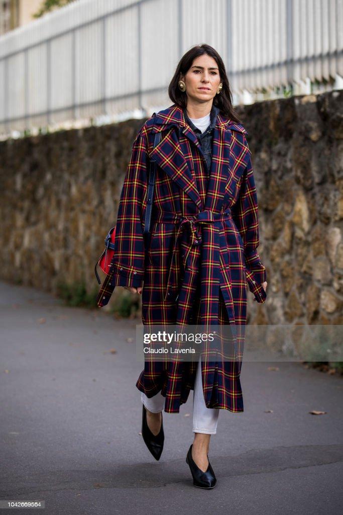 Street Style : Paris Fashion Week Womenswear Spring/Summer 2019 : Day Five : Fotografía de noticias