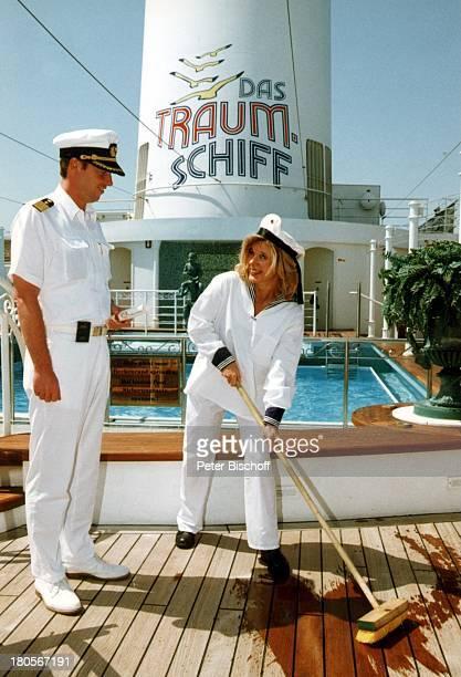 Deborah Sasson als Ehrenmatrose KapitänHayo Janssen MS Deutschland KreuzfahrtUniform Deck schrubben