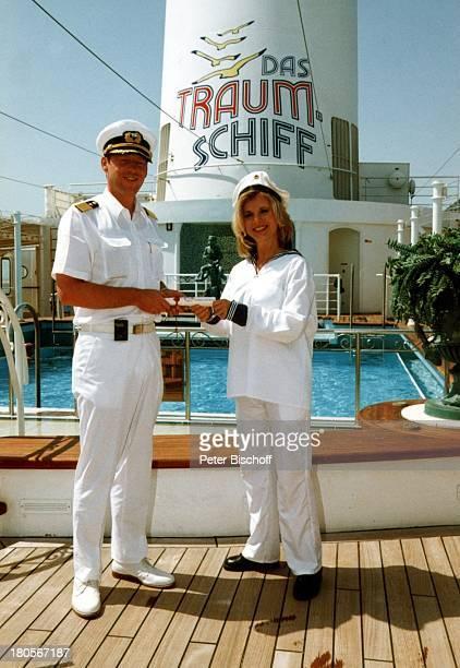 Deborah Sasson als Ehrenmatrose KapitänHayo Janssen MS Deutschland KreuzfahrtUniform