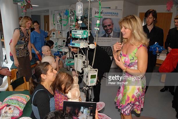 Deborah Sasson im Gespräch mit kleinen KrebsPatienten mit Eltern und Betreuern dahinter re Mitglied 12 Tenors nach GesangsAuftritt von Deborah Sasson...