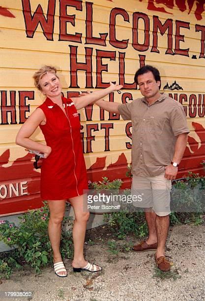 Deborah Sasson Lebensgefährte DieterTings Devils Hangout GiftShop in HellGrand Cayman Island Hauswandbeschriftet Karibik