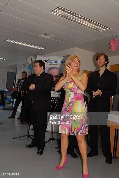 """Deborah Sasson mit Alexander Herzog , Chris Killik und weiteren Mitgliedern der Gesangsgruppe """"12 Tenors"""" , Gesangs-Auftritt vor leukämiekranken..."""
