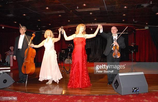 """Deborah Sasson , rechts: Ashraf Kateb , links: Elena Michailez-Spittler und Iwan Urwalow , """"Astoria Lounge"""", Kreuzfahrtschiff MS """"Astoria"""",..."""