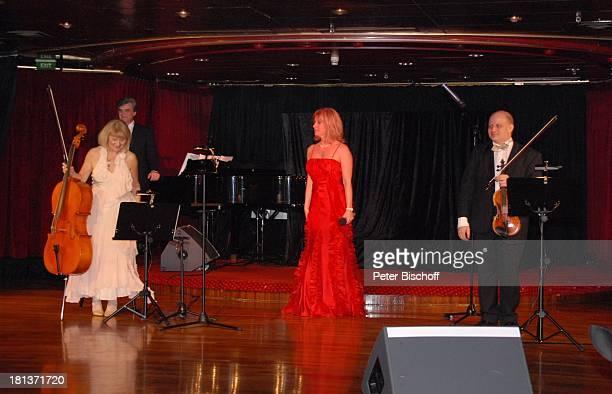 """Deborah Sasson , rechts: Ashraf Kateb , links im Hintergrund: Elena Michailez-Spittler und Iwan Urwalow , """"Astoria Lounge"""", Kreuzfahrtschiff MS..."""