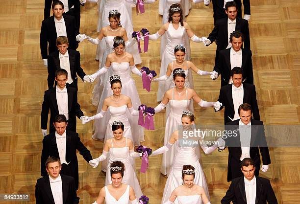 Debutantes and their escorts arrive at the annual 'Vienna Opera Ball' at the Vienna State Opera on February 19 2009 in Vienna Austria This majot...