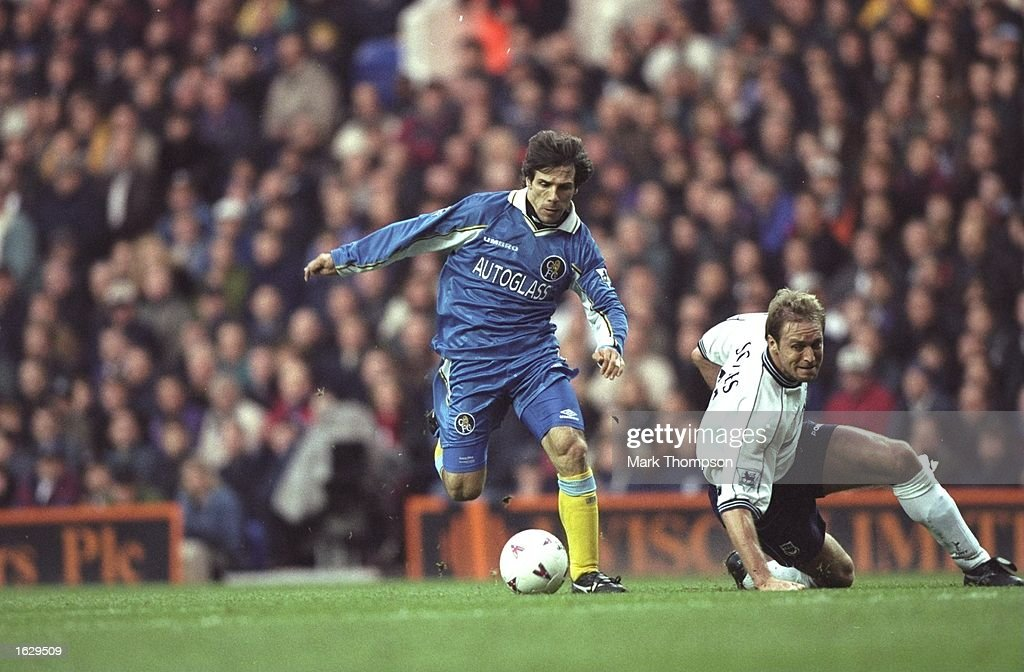 Gianfranco Zola of Chelsea and John Scales of Tottenham Hotspur : News Photo