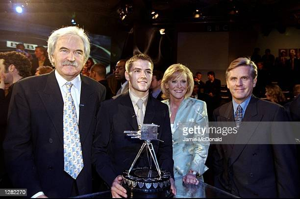 Michael Owen of Liverpool and England poses with presenters Des Lynam Sue Barker and Steve Ryder after becoming the 1998 BBC Sports Personality of...