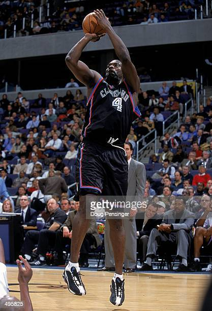 Shawn Kemp of the Cleveland Cavaliers makes a jump shot during a game against the Washington Wizards at the MCI Center in Washington DC The Cavaliers...