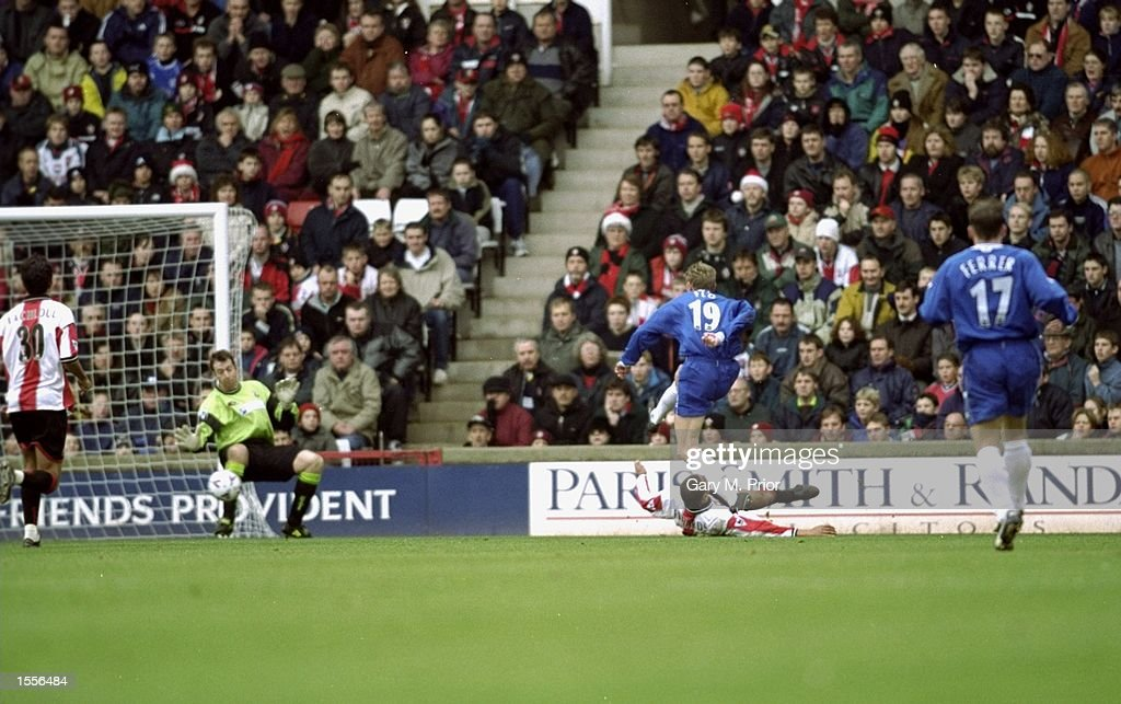 Tore Andre Flo scores for Chelsea : News Photo