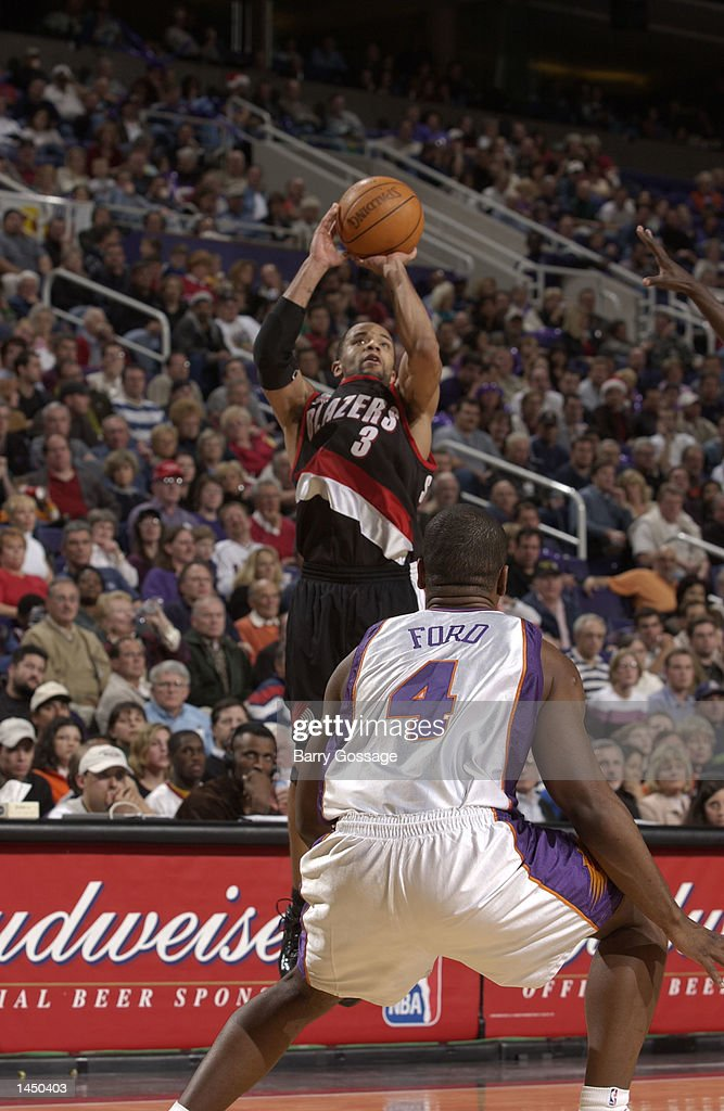 Damon Stoudamire of the Portland Trailblazers shoots over Alton Ford of the Phoenix Suns during an NBA game : News Photo