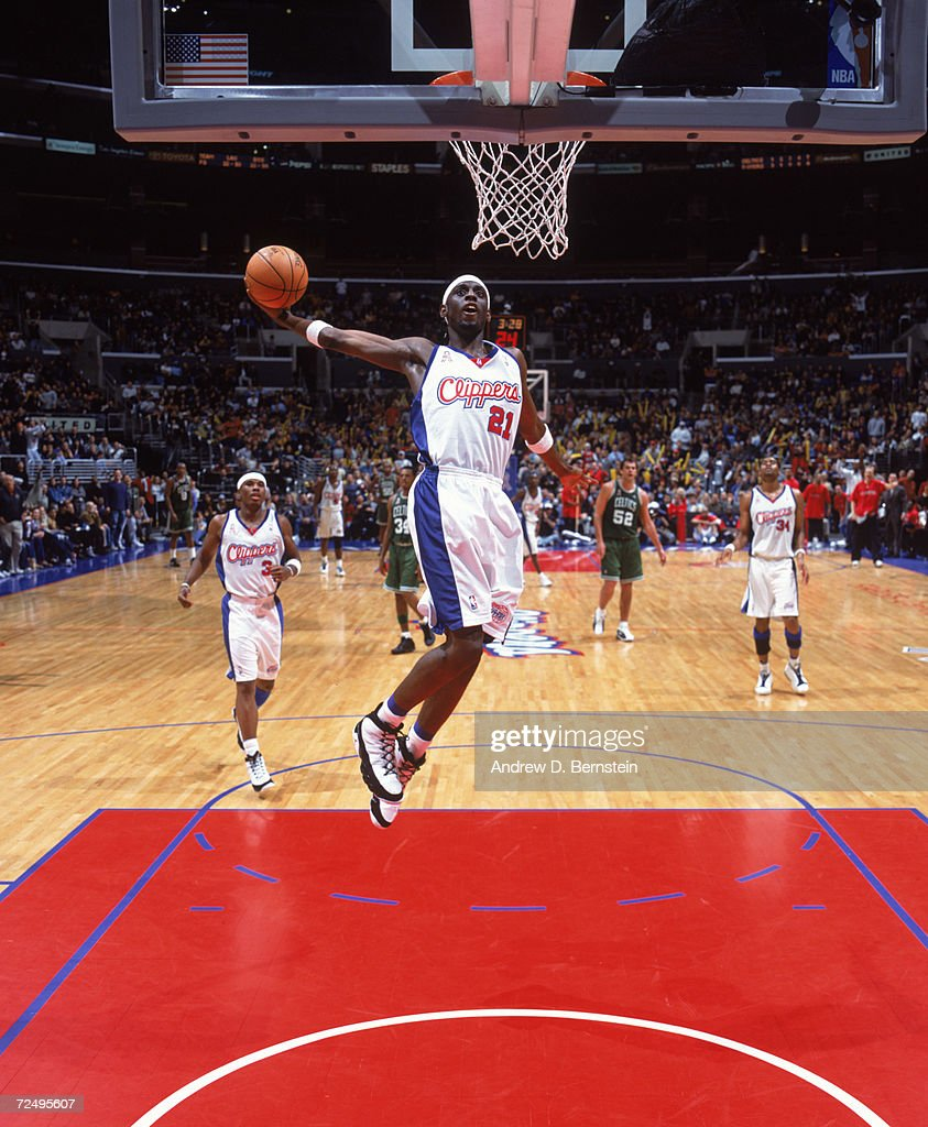 darius miles 21 of the los angeles clippers dunks