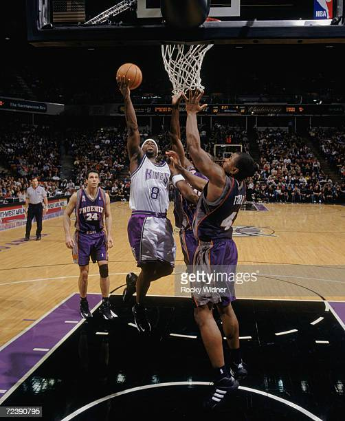 Poin tguard Mateen Cleaves of the Sacramento Kings shoots over forward Alton Ford of the Phoenix Suns during the NBA game at Arco Arena in Sacramento...